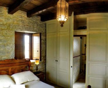 0012R12 370x300 - Mani, Peloponesse'de Dayalı Döşeli Taş Ev