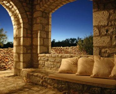 0016IMG 2025 R 370x300 - Mani, Peloponesse'de Dayalı Döşeli Taş Ev