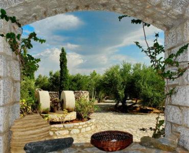 0020R10 DSC06770 R 370x300 - Mani, Peloponesse'de Dayalı Döşeli Taş Ev